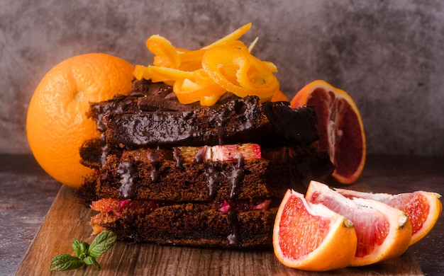 Vista frontal do bolo de chocolate com frutas e hortelã