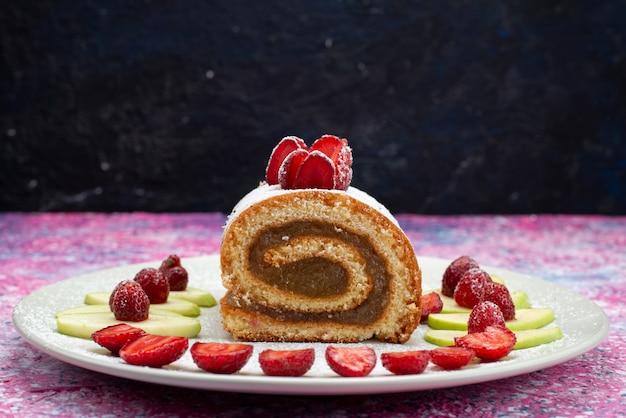 Vista frontal do bolo de chocolate com morangos e maçãs na mesa escura