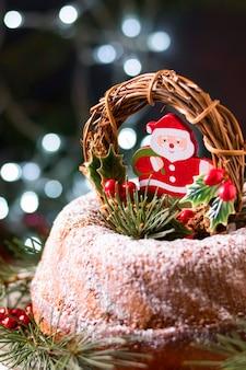 Vista frontal do bolo de natal com decoração de papai noel