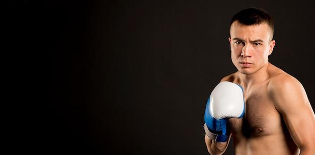 Vista frontal do boxer masculino com espaço de cópia
