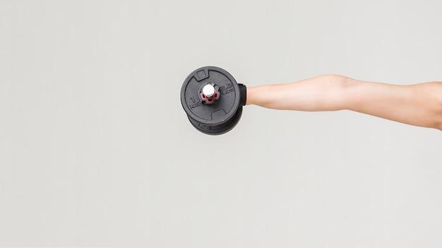 Vista frontal do braço da mulher segurando peso