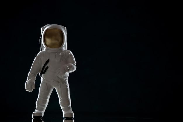 Vista frontal do brinquedo do astronauta no preto