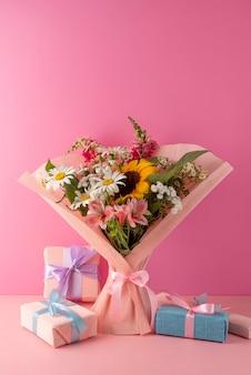 Vista frontal do buquê de flores com presentes