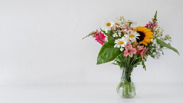 Vista frontal do buquê de flores em um vaso