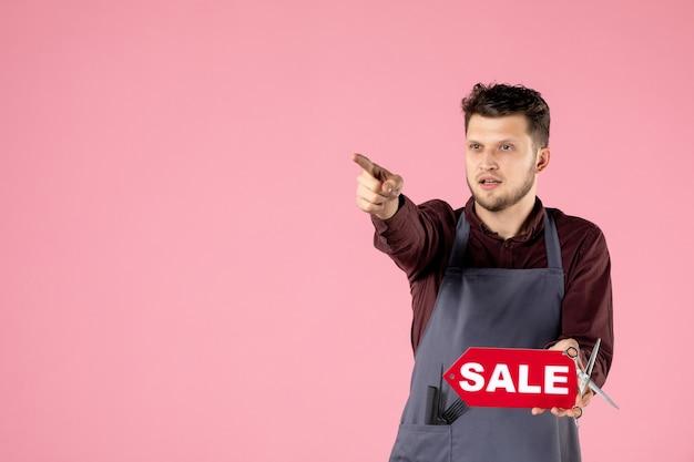Vista frontal do cabeleireiro masculino com placa de identificação de venda vermelha em fundo rosa