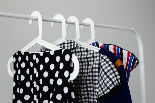 Vista frontal do cabideiro com roupas à venda