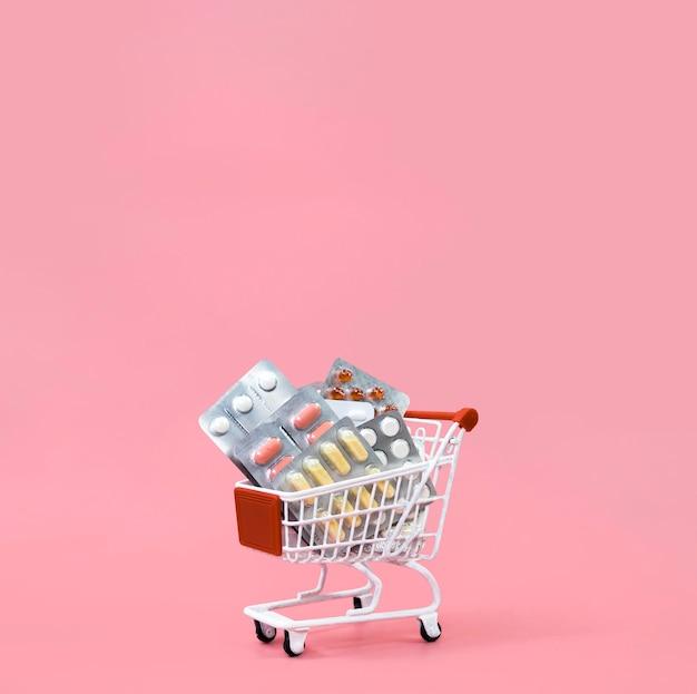 Vista frontal do carrinho de compras com folhas de pílula e espaço de cópia