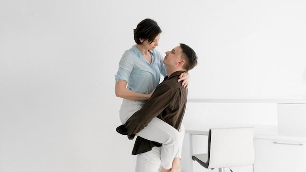 Vista frontal do casal a passar tempo juntos