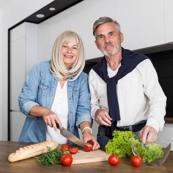 Vista frontal do casal cozinhando juntos