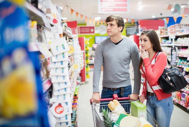 Vista frontal do casal escolhendo produtos