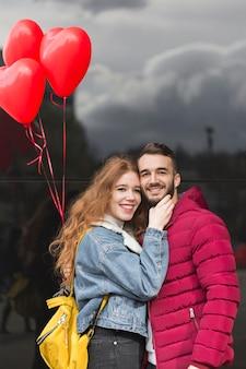 Vista frontal do casal feliz
