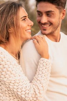 Vista frontal do casal olhando um ao outro