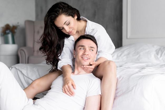 Vista frontal do casal romântico posando em casa