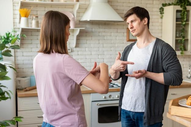 Vista frontal do casal se comunicando