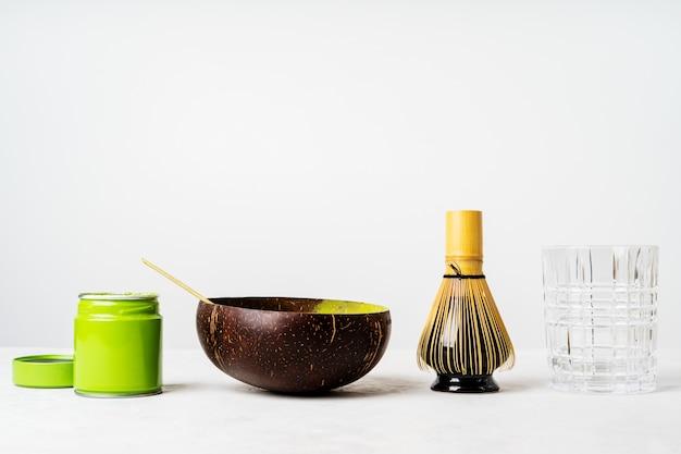 Vista frontal do chá verde japonês orgânico e ferramentas chasen whisk de bambu