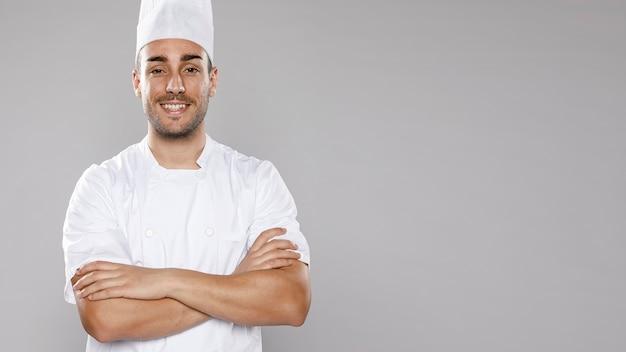Vista frontal do chef masculino com espaço de cópia