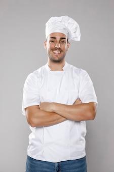 Vista frontal do chef masculino sorridente