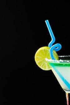 Vista frontal do cocktail com espaço de cópia