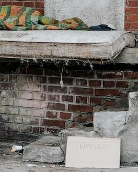 Vista frontal do colchão com cobertor para moradores de rua