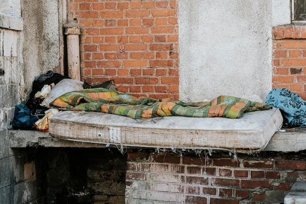 Vista frontal do colchão e cobertor para moradores de rua