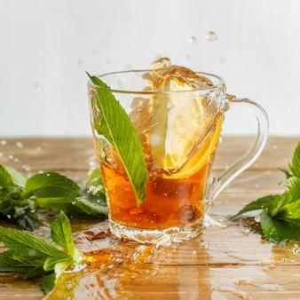 Vista frontal do conceito de chá de ervas com limão