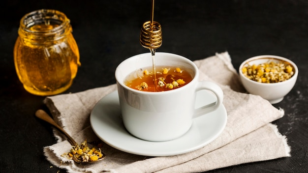 Vista frontal do conceito de chá de ervas com mel