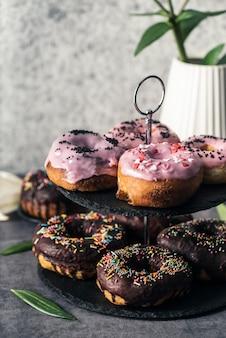 Vista frontal do conceito de deliciosos donuts
