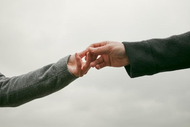 Vista frontal do conceito de mãos de casal