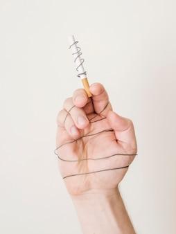 Vista frontal do conceito de mau hábito de cigarro