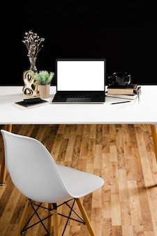 Vista frontal do conceito de mesa com espaço de cópia