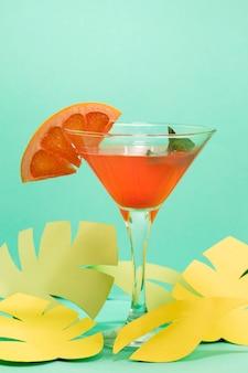 Vista frontal do conceito de verão com cocktail