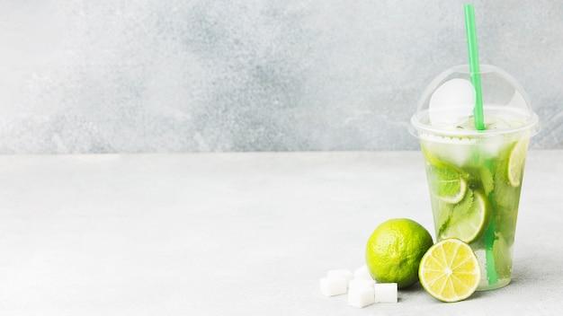 Vista frontal do copo com refrigerante de limão e espaço de cópia