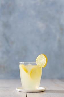 Vista frontal do copo de limonada