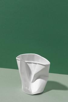 Vista frontal do copo esmagado ecológico