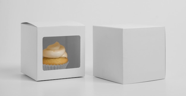 Vista frontal do cupcake com caixa de embalagem