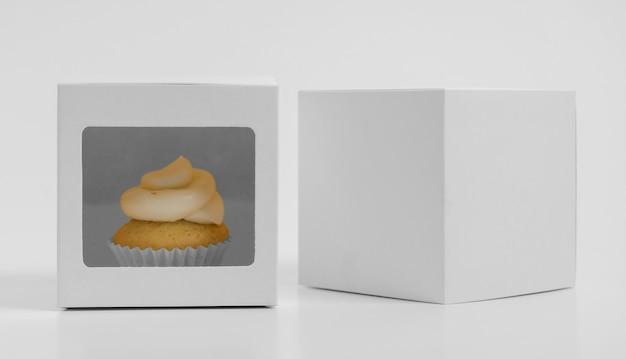 Vista frontal do cupcake com caixas de embalagem