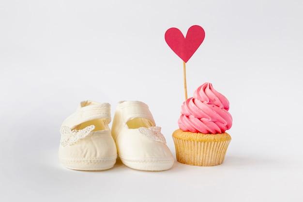 Vista frontal do cupcake de bebê menina bonitinha
