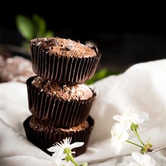 Vista frontal do delicioso bolinho de chocolate