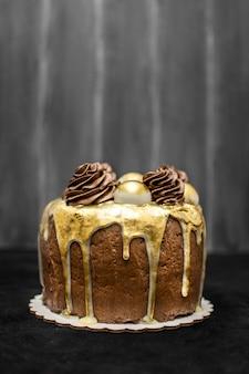 Vista frontal do delicioso bolo de chocolate com espaço de cópia