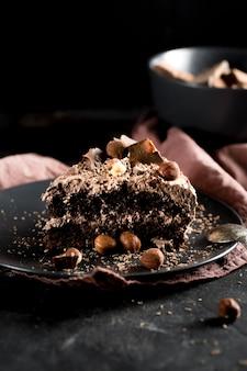 Vista frontal do delicioso bolo de chocolate