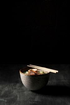 Vista frontal do delicioso ramen com espaço de cópia