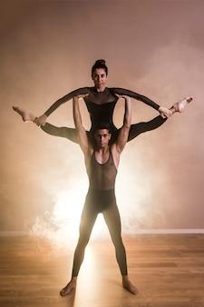 Vista frontal do desempenho de balé acrobata