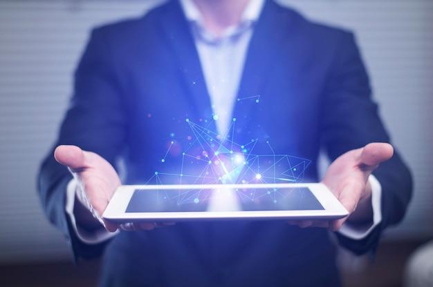 Vista frontal do empresário segurando o tablet de alta tecnologia