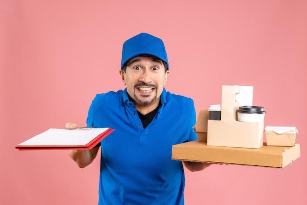 Vista frontal do entregador chocado, usando um chapéu, mostrando pedidos e documentos