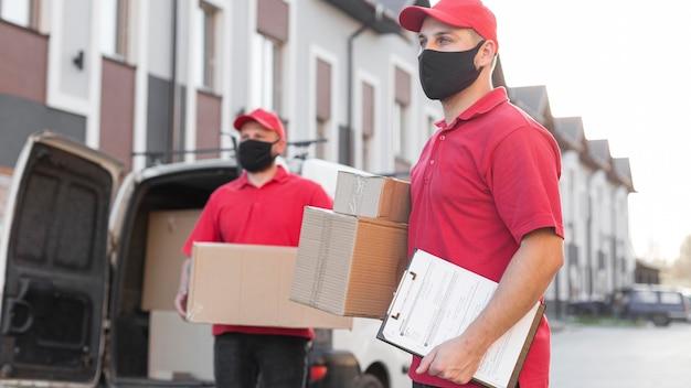 Vista frontal do entregador com máscara