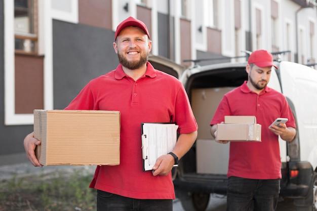 Vista frontal do entregador com pacotes