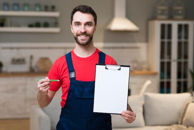 Vista frontal do entregador segurando o bloco de notas para assinatura