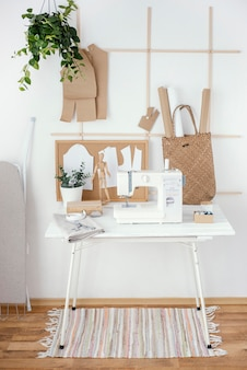 Vista frontal do estúdio de alfaiataria com máquina de costura