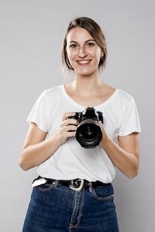Vista frontal do fotógrafo feminino