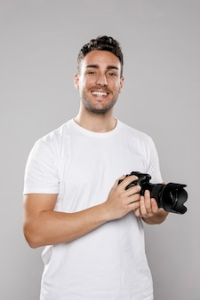 Vista frontal do fotógrafo masculino sorridente